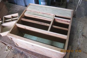中棚の板張りは金物との調整が必要で後貼りになります。
