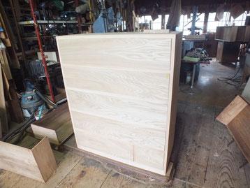 昨日貼った胴縁、棚板の新しい木が乾いた為、作った前板を仕込みました。