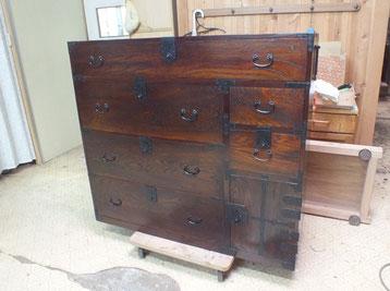 時代箪笥の修理を終え漆塗り、無金物打ちが終わり完成となりました。