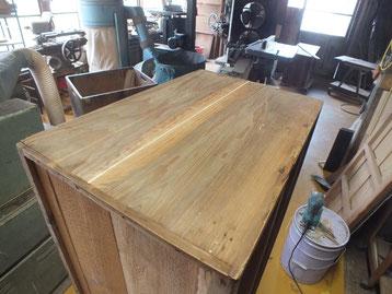 本体の側板がほとんど剥ぎ切れて隙間が空いている為、埋め木をして直していきます。