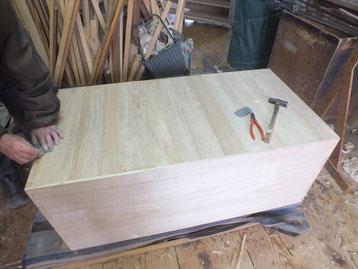 組み上げた本体の裏面に桐裏板を木クギで打ちます。