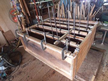 稲沢市より修理依頼の時代箪笥の裏板の張り直しを終え前面の板の張り直し作業をしました。