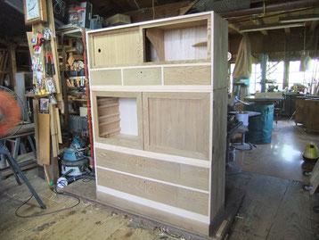 本体の木地出しも完了し、前面開き戸の設置が一番手間のかかる仕事です。関西の開き戸作りでこの方法を考え進化させる事を考えています。