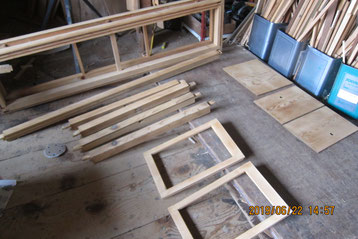 上置きの分解パーツを汚れを取り、引き戸と戸板も木地出しをしました。