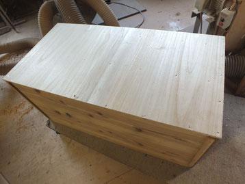 棚板、天板、側板の割れ修理をして新しく作った桐板を貼り直します。