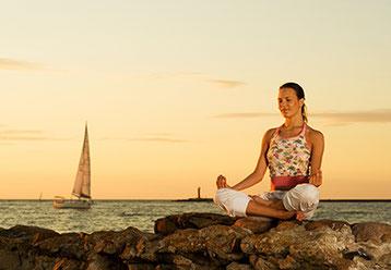 Frau micht Yoga am Strand in Yoga-Genusswoche auf Rhodos mit Yogaschule Voglreiter Bad Reichenhall