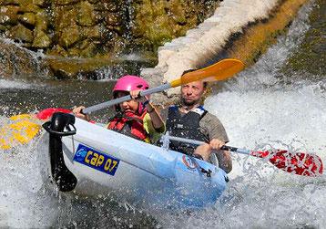 Descente en canoë ou kayak sur la rivière Ardèche, avec passages de toboggans, pour les familles et enfants