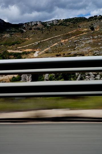 Mathieu Guillochon photographe, sur la route, autoroute, couleurs, filé, flou, rail de sécurité, signalisation, montagne