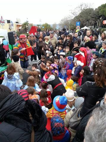 Fabiccio il Pagliaccio spettacoli da ridere magie comiche burattini bolle di sapone trucca bimbi balli clown artisti di strada mangia fuoco giocolieri trampolieri gonfiabili animazione per feste bambini adulti palloncini mago giullari giocoleria marionett