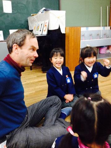 大人気のジョン先生 楽しく英語レッスン中です!