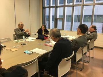 解説する青柳講師と聴き入る参加者の写真
