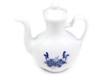Kännchen für Soja, Sake, Soßen etc. aus Tatung, Li, Cameo oder Datung Porzellan mit blauem Lotus Motiv (Motivnr. 518 / 255). In verschiedenen Größen und Motiven erhältlich.