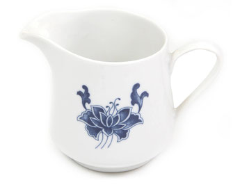 Milchkännchen aus Tatung, Li, Cameo oder Datung Porzellan mit blauem Lotus Motiv (Motivnr. 518 / 255). In verschiedenen Größen und Motiven erhältlich.