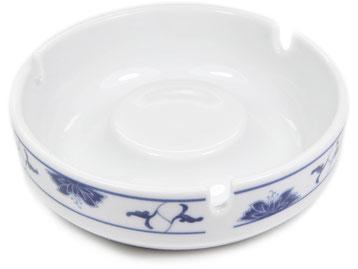 Großer runder Aschenbecher aus Tatung, Li, Cameo oder Datung Porzellan mit blauem Lotus Motiv (Motivnr. 518 / 255). In verschiedenen Größen und Motiven erhältlich.