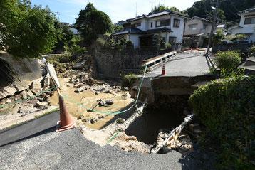 災害後 川の濁流に流され橋が落ちて寸断されています