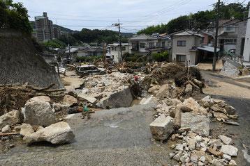 災害後 ガードレールなく大きな石がゴロゴロ