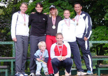 Staatsmeister 2004 stehend v.li.: E. Bahn, P. Wartusch, S. Bammer, S. Six, Coach H. Fiala, vorne v.li.: Maskottchen Tina Bammer (Tochter von Sybille), M. Walter