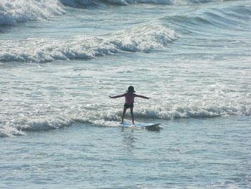 大きな波も怖がらずパドルも上手に!!将来有望!