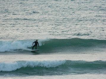 夕方近く風も落ち着いてきて、波もまとまっていました。