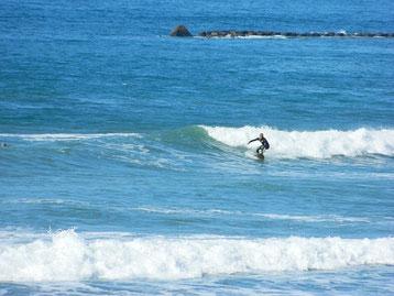 時折風が吹きましたが、影響無く十分乗れる波でした。