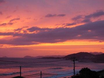 19:40頃 雲の隙間から茜色に染まってました。