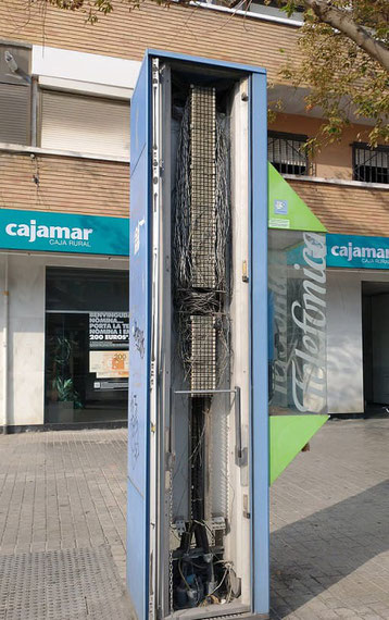 Vandalismo  urbano: Cabina de teléfono   destrozada en la ciudad de Valencia.