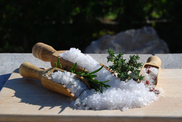 Der Ursprung unseres Salzes ist das dalmatinische Meer.  Das Salzwerk Nin wirkt wie der menschliche Organismus. Alle Funktionen sind gut geordnet und handeln synergetisch, das Bestreben basiert auf der Natürlichkeit, Einfachheit und der Geduld. Unser Zwe