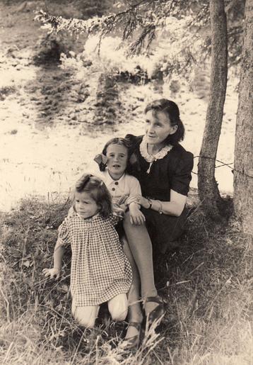 Bettina Heinen-Ayech als Kind mit Schwester Gabriele Richard und Mutter Erna Heinen-Steinhoff in Kreuzthal-Eisenbach bei Isny, 1944