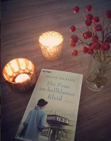 """Cover """"Die Frau im hellblauen Kleid"""" Rezension """"The Booklettes"""""""