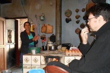 """""""Mama Linda"""" - Genaros Frau bei der Zubereitung frischer Tortillas"""
