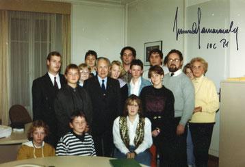 Schülerinnen und Schüler beim Besuch des Internationalen Olympischen Komitees 1991 in Lausanne in der Schweiz. IOC-Präsident Juan Antonie Samaranch (Siebter von links)