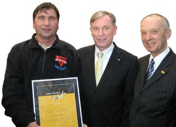"""Bei der Preisverleihung """"Sterne des Sports"""" in Berlin mit dem damaligen Bundespräsidenten Dr. Horst Köhler (Mitte), Reinhard Jahn (rechts) und Manfred Wille (links)"""