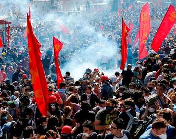 Kampe mellem politiet og demonstranter på Istanbuls Taksim Plads