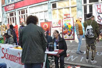 Opsagte lejere fra Schanzenhof informerer på gaden om deres protestinitiativer