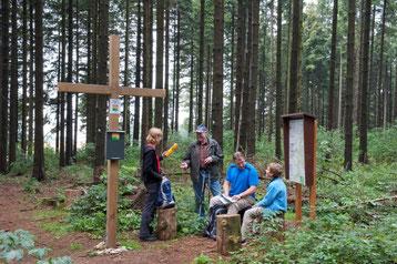 Am Gipfelkreuz © Karl Heinz Schäfer, Tourist Information Paderborn