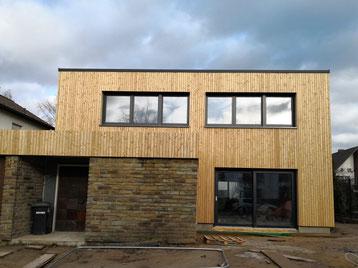 Fassadensanierung mit Holzfaserdämmung und Holzfassade in Hürth