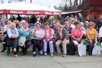 Landfrauen auf dem Hamburger Fischmarkt bei bester Laune.