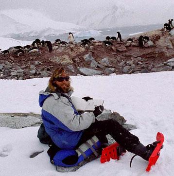 David Brandenberger auf Petermann Island, Antarktis mit Skizzenbuch