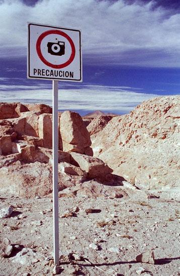 Bild: Foto von David Brandenberger mit Warnschild, Atacamawüste