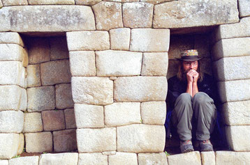 Bild:Spass,David Brandenberger im Steinfenster in Machu Picchu,Peru.