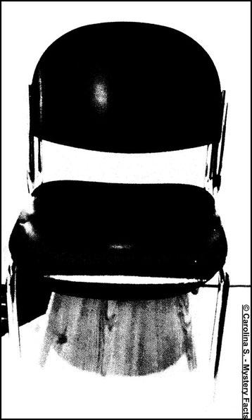 """Auf den ersten Blick ein völlig normaler Stuhl. Doch ist es möglich, das gleich mehrere Stühle sich, wie von Geisterhand, hin und her bewegen? Gesehen hat es das Ehepaar nie, doch Nacht für Nacht hörten sie das """"Stuhltheater"""" in ihrem Haus."""