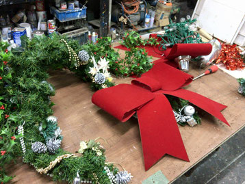 豊橋のお客様から御依頼の大きなクリスマスリース用のガーランドやリボンの装飾品