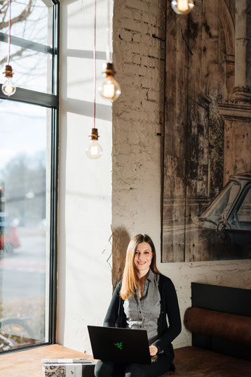 Andrea Nicola Mayr, Café, Termin, Laptop, fröhlich