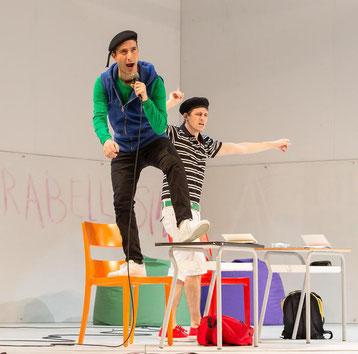 Così fan tutte di W. A. Mozart. Courtesy Teatro dell'Opera di Roma. Vito Priante (maglia verde) e Juan Francisco Gatel (maglia a righe).