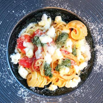 ✦ 完熟トマトとバジルとモッツァレラチーズのマルゲリータ風フレッシュトマトソース 990円(税込)※削り立てのチーズがかかっています。