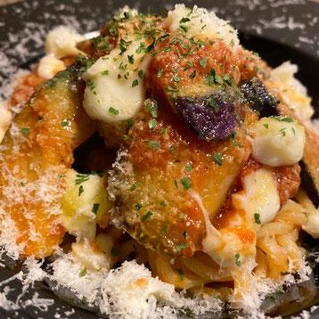 ✦ 茄子とモッツァレラチーズのトマトソース 990円(税込)※削り立てのチーズがかかっています。