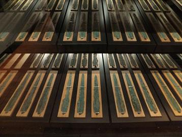 荒神谷遺跡銅剣(島根県立古代出雲歴史博物館蔵)出土した358本の銅剣は、いずれも50cm前後の中細形といわれる型式で、「出雲型銅剣」といわれるようになりました。358本のうち344本のなかご部分に「×」印が刻まれていました。その印がある例は荒神谷遺跡と隣在する加茂岩倉遺跡から出土したものだけです。「×」印の意味はいまだに謎ですが、「神霊をここに結び鎮める」すなわち埋納した剣のもつ威力が逃げないよう