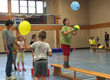 Ihre Geschicklichkeit probten die Kinder beim Luftballon-Balancieren über die Bank. (Foto: TSG Estenfeld)