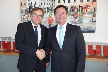Foto: Oberbürgermeister Thumann (rechts) begrüßt Regierungsvizepräsident Reichert / Stadt Neumarkt - Franz Janka