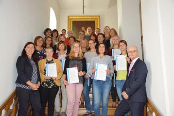 Foto: Die zertifizierten Lehrkräfte mit Bereichsleiter Thomas Unger (1.v.r.unten) / Regierung der Oberpfalz/Stühlinger